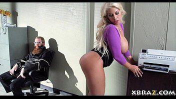 I più grandi muffin damore Blond Blond Office Whore forato durante una rapina in banca