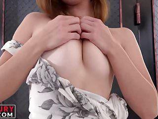 La fidanzata sexy con i tatuaggi gode di uno strumento in sovrappeso nel suo tubo dellamore sessuale