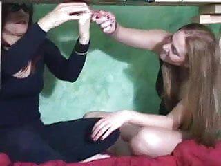 2 mignonnes branlent un weenie sur la table de traite