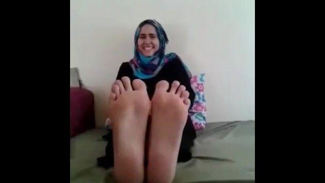 Лесбо арабская женщина в хиджабе обожает наказание ступнями фалаки