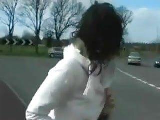 大胸罩伙伴英国佬接受紧张的步行在公共道路上脱衣服