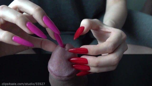 Lunghe unghie rosse giocano con il buco