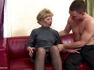 Une mère fascinante reçoit le sexe anal et pisse de son fils