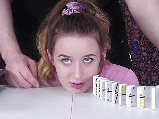 Dominos frappants au visage, avec des gifles et des butins