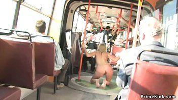 La piccola dai capelli doro è imbottita in un autobus pubblico