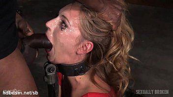Ragazza in orgasmo ha la faccia incasinata nella saliva mentre fa il deepthroating
