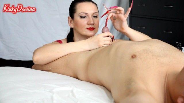 Ongles stiletto rouges et roses cuisiner saccadés insertion de cbt par kinkydomina