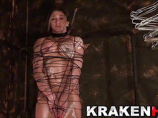 Femme musclée attachée dans une scène de sadomasochisme maison