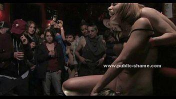 Un club public accueille un sexe de groupe extraordinaire