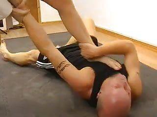 Wrestling misto e feticismo del piede con una dea femdom sexy del karate