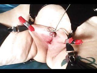 Клитор и сиськи связаны, с кляпом во рту и связаны